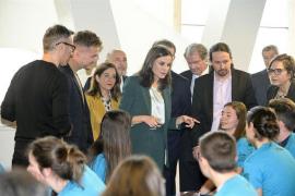 Pablo Iglesias coincide en un acto oficial como ministro con la Reina Letizia