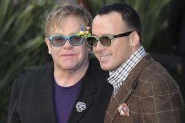 Elton John y David  Furnish quieren otro hijo