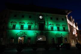 La fachada de Cort se ilumina de verde por el Día de las enfermedades raras