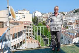 Chris Hayes, en la terraza de su vivienda en la ciudad de Eivissa. g