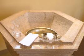 El Obispado de Menorca retira el agua bendita por el coronavirus
