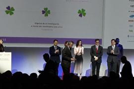 La Reina entrega al genetista Jordi Rosell un premio de la Federación de Enfermedades Raras
