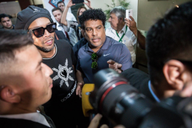 Ronaldinho, libre y sin cargos tras declarar durante ocho horas