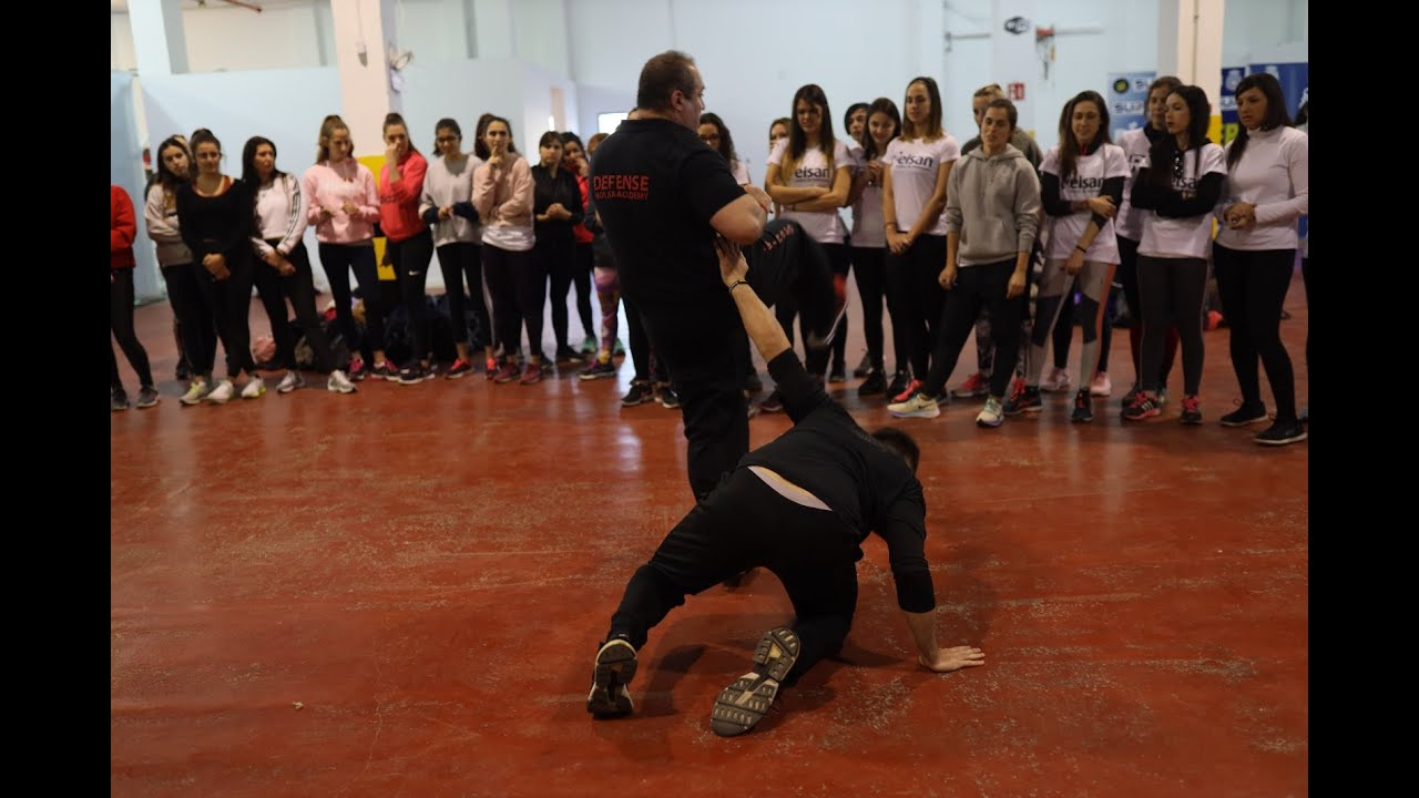 La policía imparte un curso de defensa personal femenina para más de 250 mujeres en Palma