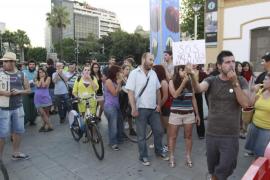 Una cincuentena de personas pide la dimisión de Bosch en un acto en la Fira del Llibre
