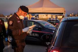 Controles, arrestos y multas para aislar los focos del coronavirus en Italia