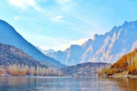Aumentan a 25 los muertos al caer un autobús a un río en Pakistán