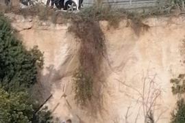 Un conductor de 79 años muere tras caer por un desnivel de siete metros en Muro