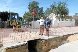El concejal Joan Torres y el técnico municipal visitaron ayer las obras