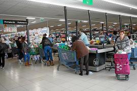 La afluencia de público en los supermercados fue constante durante todo el día de ayer