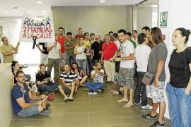 Los trabajadores de SFM protestan en la sede de la empresa contra los despidos