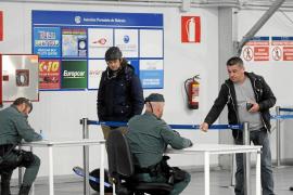 La Guardia Civil pide la documentación a todos los pasajeros que llegan a la isla por barco.