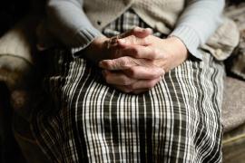 Mayores que viven solos, las dobles víctimas del coronavirus