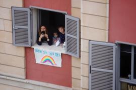 El mensaje optimista de los más pequeños: arcoíris solidarios en las ventanas