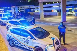 La Policía Local de Ibiza rindió ayer un cálido homenaje a los sanitarios del hospital Can Misses que están luchando contra el coronavirus