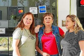 Rosina Delgado Lebrón y Antonia y Araceli del Río, en la puerta del hotel de Lima el primer día de su viaje, cuando llegaron