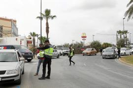 Agentes de la Policía Nacional comprueban los certificados aportados por un conductor interceptado en la rotonda de ses Figueretes