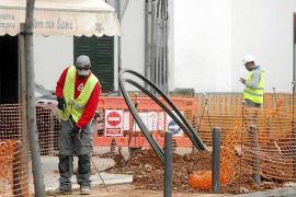 Los obreros trabajan, algunos sin mantener la distancia de seguridad, durante la mañana de ayer
