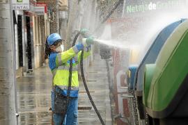 Palma extrema la limpieza de las calles con agua y lejía