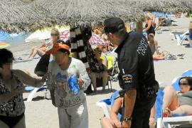 Las policías de Calvià y Andratx  declaran la guerra a las masajistas de playa