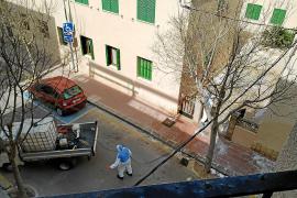 La brigada desinfecta el Port de Sóller tras detectarse los dos primeros positivos por coronavirus