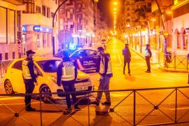 Control policial desplegado en una avenida España que presenta una imagen inédita, sin coches ni personas por la calle.