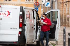 Gobierno distribuirá ocho millones de mascarillas entre transportistas y personal de Renfe, Aena y Correos