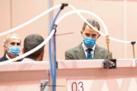 El rey, con mascarilla y guantes, visita el hospital de Ifema