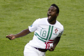 Varela mantiene con vida a Portugal