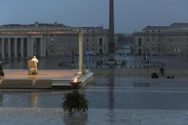 Histórica bendición del Papa en la soledad de una plaza de San Pedro vacía