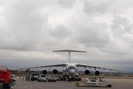 Aterriza en Palma el avión ruso con 17,6 toneladas de material sanitario