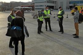 Impiden la entrada en Ibiza a tres pasajeros por no poder justificar su viaje