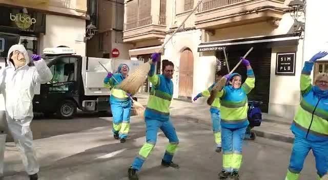 Operarias de Emaya bailan en la calle al ritmo de 'Resistiré'