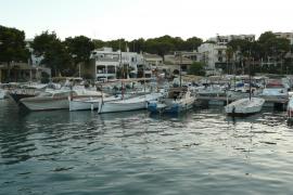 Sanción por desobediencia a los tripulantes de un catamarán griego amarrado en Porto Petro