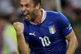 Cassano lleva a Italia a cuartos