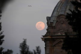 Las imágenes de la Superluna rosa de abril