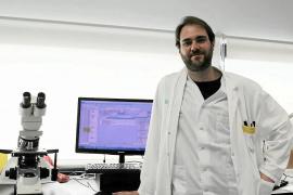 El experto en microbiologia, Javier Segura, en el laboratorio de Can Misses