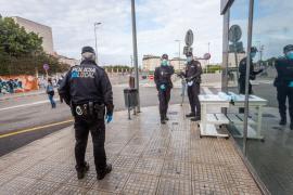 El reparto de mascarillas en el transporte público de Ibiza, en imágenes (Fotos: Daniel Espinosa).