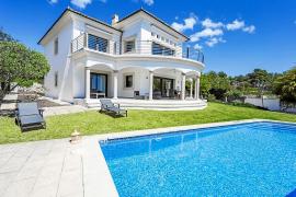 Lujo y confort en una villa con vistas en Cala Vinyes