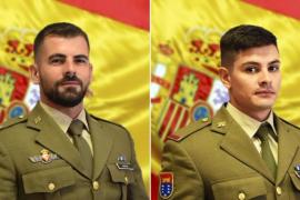 Dos militares auxilian a un ciudadano con síntomas de ataque epiléptico