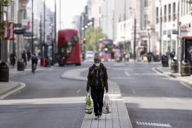 El Reino Unido registra un récord de fallecimientos diarios y amplía el confinamiento
