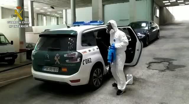 La Guardia Civil desinfecta los vehículos y estancias de los detenidos en la Comandancia de Palma
