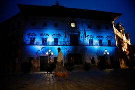Cort se ilumina de azul para agradecer el esfuerzo de los niños en el confinamiento