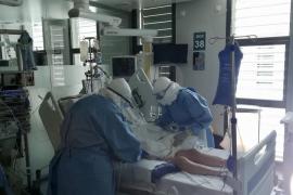 Dos sanitarios retiran la respiración mecánica a un enfermo de coronavirus que ha mejorado