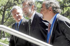 La CEOE aboga por reducir el número de organismos públicos y de políticos