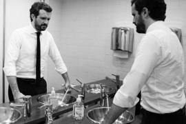 La foto de Casado en el baño para reflexionar del coronavirus provoca un aluvión de memes