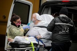 Nueva York confirma 437 muertos diarios mientras los casos en EEUU superan los 900.000