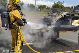 Un coche arde en la carretera de Valldemossa