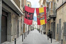 La Policía de sa Pobla denuncia al vecino que colgó banderas franquistas en la calle