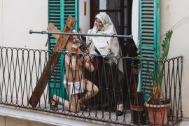 El diseñador de vestuario de l'Adoració dels Reis anima a los vecinos desde su balcón